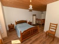 Grande chambre avec lit bébé