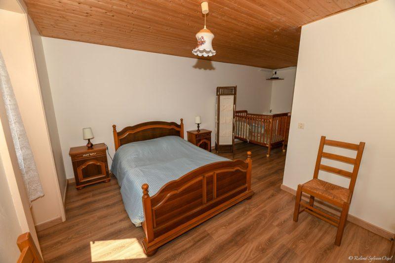 Gite avec grande chambre avec lit bébé près du puy du fou
